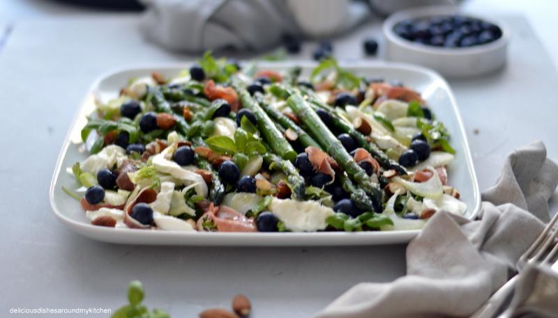 Spargelsalat mit Blaubeeren, Büffel- Mozzarella und Serrano- Schinken